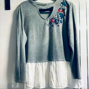 💜3/$30 XL DCJeans Grey Pullover Embroidered Top